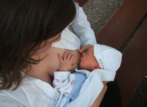 breastfeeding-in-the-first-few-days -mom breastfeeding a baby