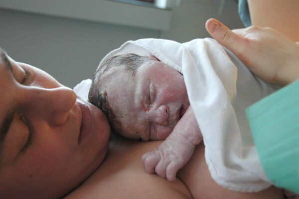 Newborn Won't Wake up to Eat-mom an baby skin-to-skin