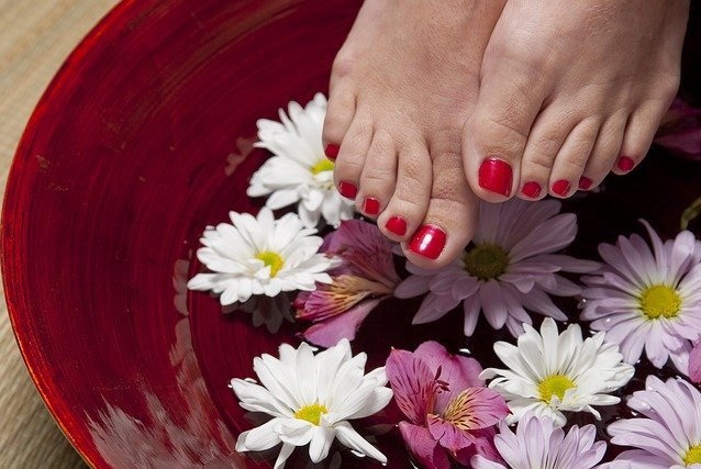 Non-Baby Christmas Gifts for New Moms-pedicure